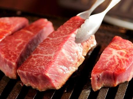 和牛の赤身肉など、希少部位を提供