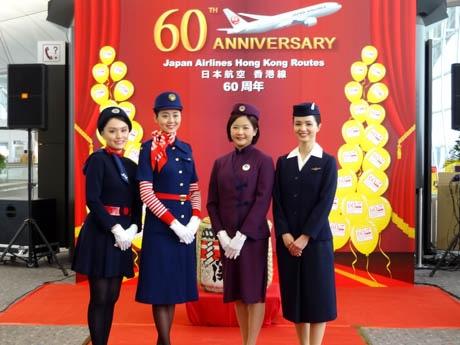歴代の制服を身に纏う客室乗務員たち