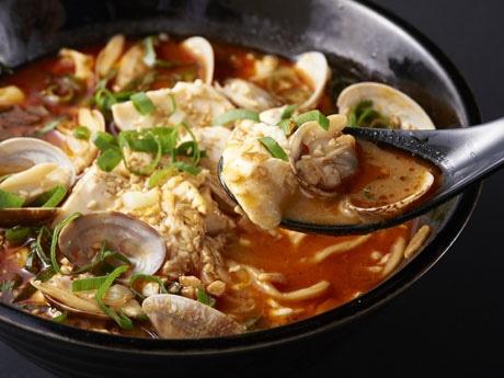 赤いスープが特徴の純豆腐豚骨ラーメン