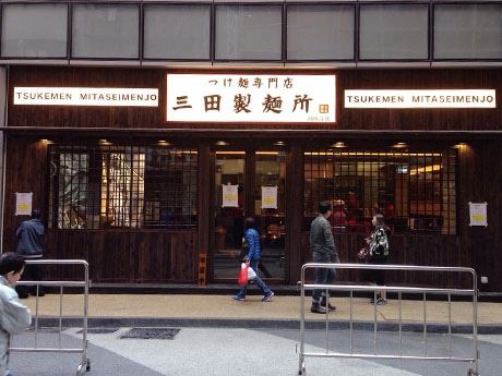 日本と同じコンセプトで仕上げた店の外観