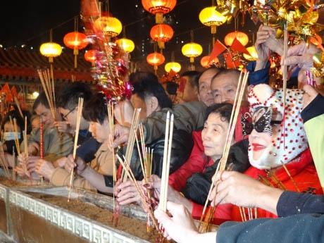 香港で旧正月の始まりを飾る行事「黄大仙祠上頭●香」●=火へんに主。