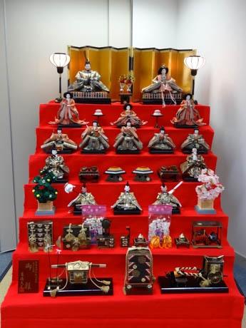 在香港日本国総領事館で一般に公開されている7段飾りのひな人形