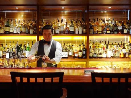 ウイスキーが並ぶバーカウンター