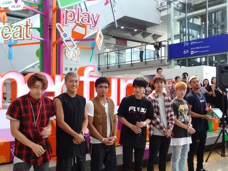 香港国際空港のイベントに出席したGENERATIONSのメンバー