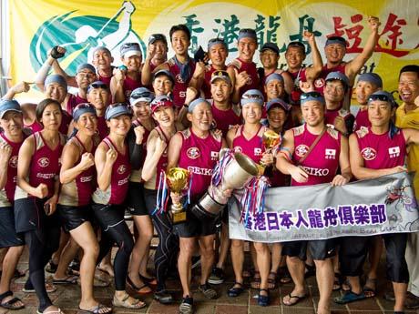 優勝の喜びをあらわす「日本龍」のメンバーたち