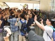 香港・尖沙咀にアップル新店 1000人が長蛇の列、限定Tシャツ配布も
