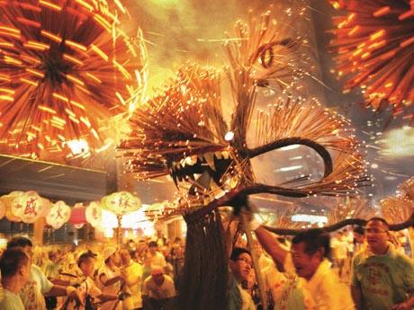 迫力満点の香港で開催される中秋節行事のひとつ「舞火龍(ファイヤードラゴン)」