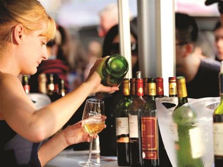 ワインを中心に世界中から飲料、フードが集まる