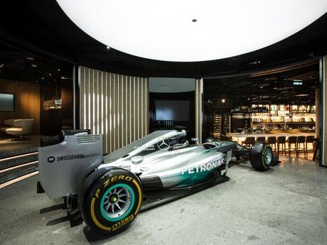 レストランには、鈴鹿サーキットやモンテカルロ市街地コースを制した2014年のチャンピオンマシン「W05 Hybrid」を展示