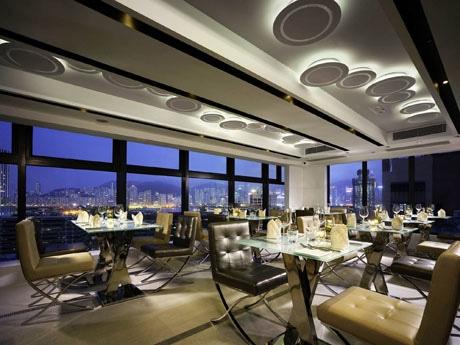 窓を大きく使い、香港島の夜景を楽しむことができる