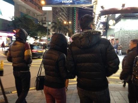 寒さで街中にはダウンジャケット、フードを被る人ばかり