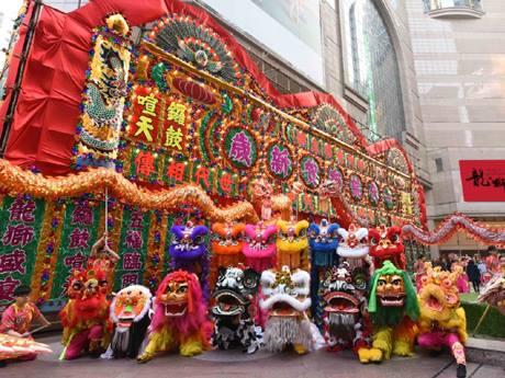 地域や時代を超えて、さまざまな顔や色の獅子や龍、麒麟なども揃うタイムズスクエア前