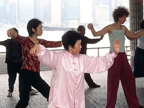香港の高齢者は早朝から太極拳をする人も多い。尖沙咀では旅行者向けの体験プログラムも