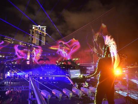 ビクトリアハーバー沿いの夜景を彩る3Dライトショー