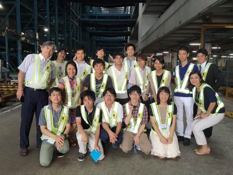 香港の航空貨物ターミナルを見学した学生たち