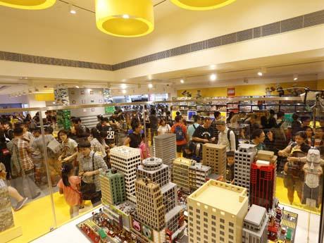 オープン後多くの人で賑わう香港のレゴ専門店