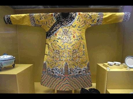 溥儀の即位式に使われた実際の衣装も展示