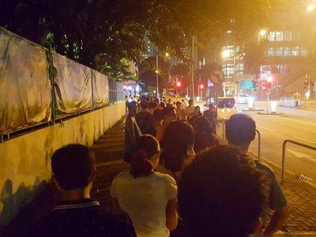深夜遅くまで多くの人が投票のために列を作った