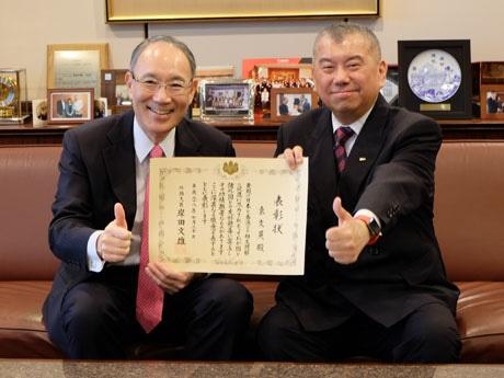 香港と日本の友好に功績を残したEGL袁さんに外務大臣表彰を授与