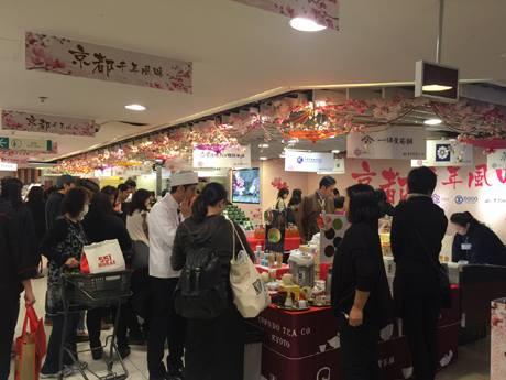 催事場には毎年の京都展を楽しみに足を運ぶ人も