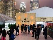 香港でアート展示会「アートセントラル」開幕 100のギャラリーが出展