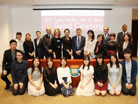 参加の学生が集まり、写真展示のオープニングセレモニーが開催された