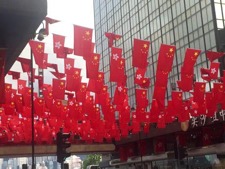 尖沙咀に掲げられた中国と香港の旗