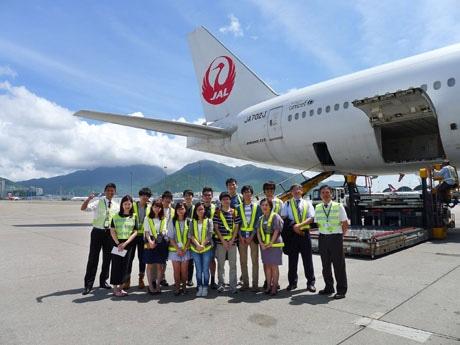 香港国際空港で喜ぶ学生たち