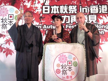 香港での日本秋祭を前に在香港日本国総領事館が記者会見。日本からAIさんも登場し、松田大使、ランカイフォンのアランジーマン主席と焼酎で乾杯