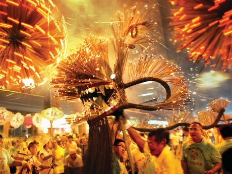 迫力満点の香港のファイヤードラゴンダンス