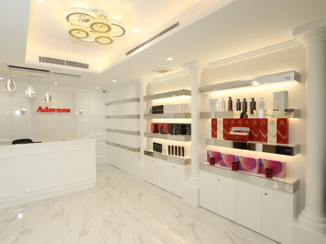 香港の中心地に1号店を構えたアデランス