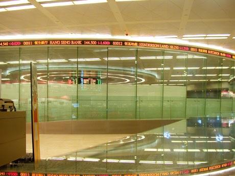 閉鎖が近づく香港の証券取引所のトレーディングフロア