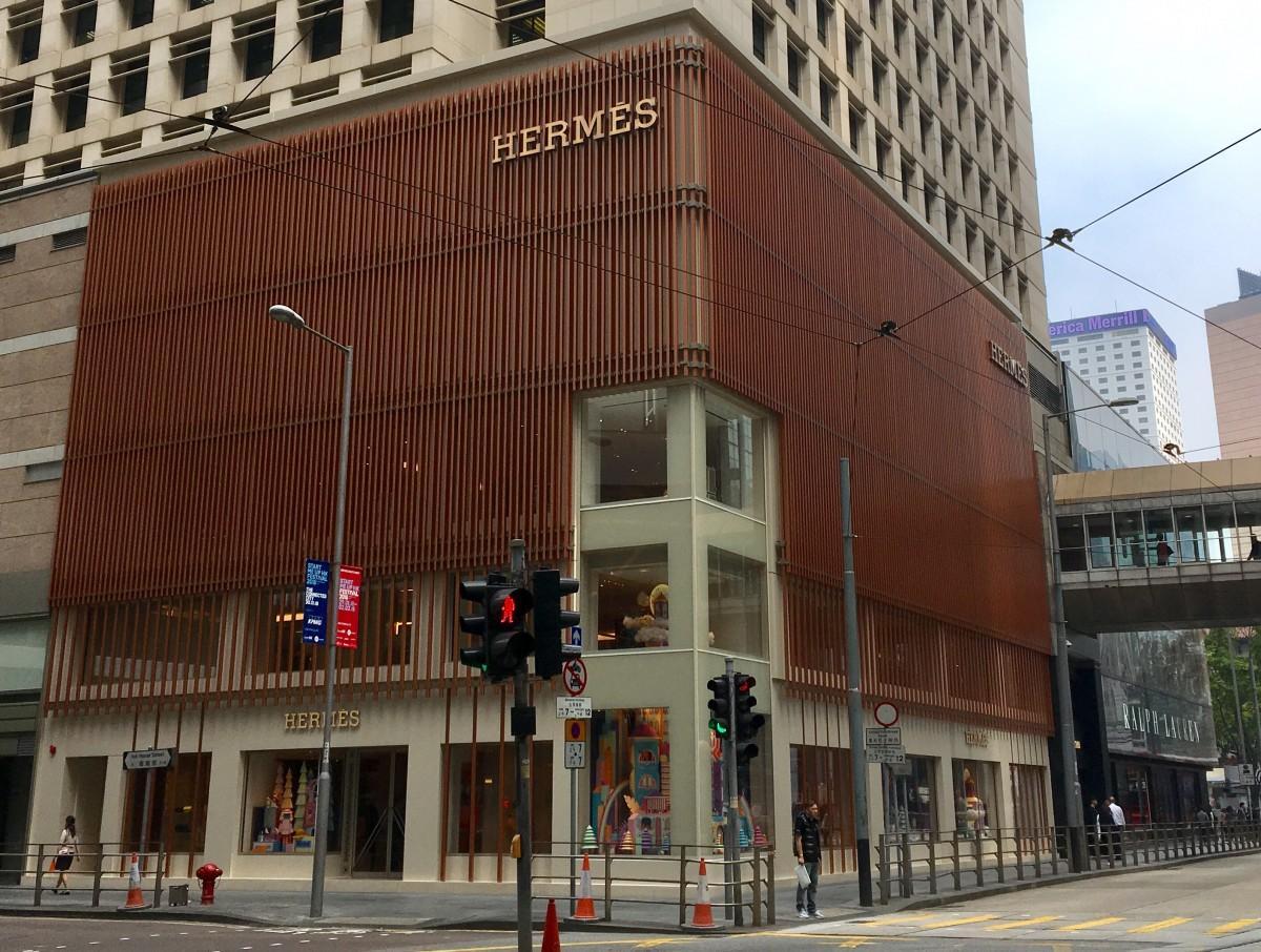 香港らしく竹の足場をイメージしてデザインした外壁