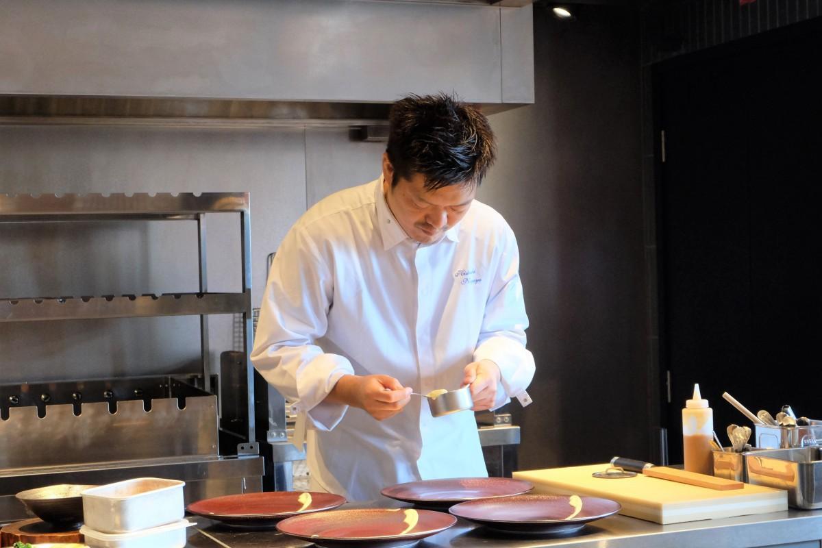 日本の美意識と哲学と驚きを皿に込めて盛り付けをする長尾さん