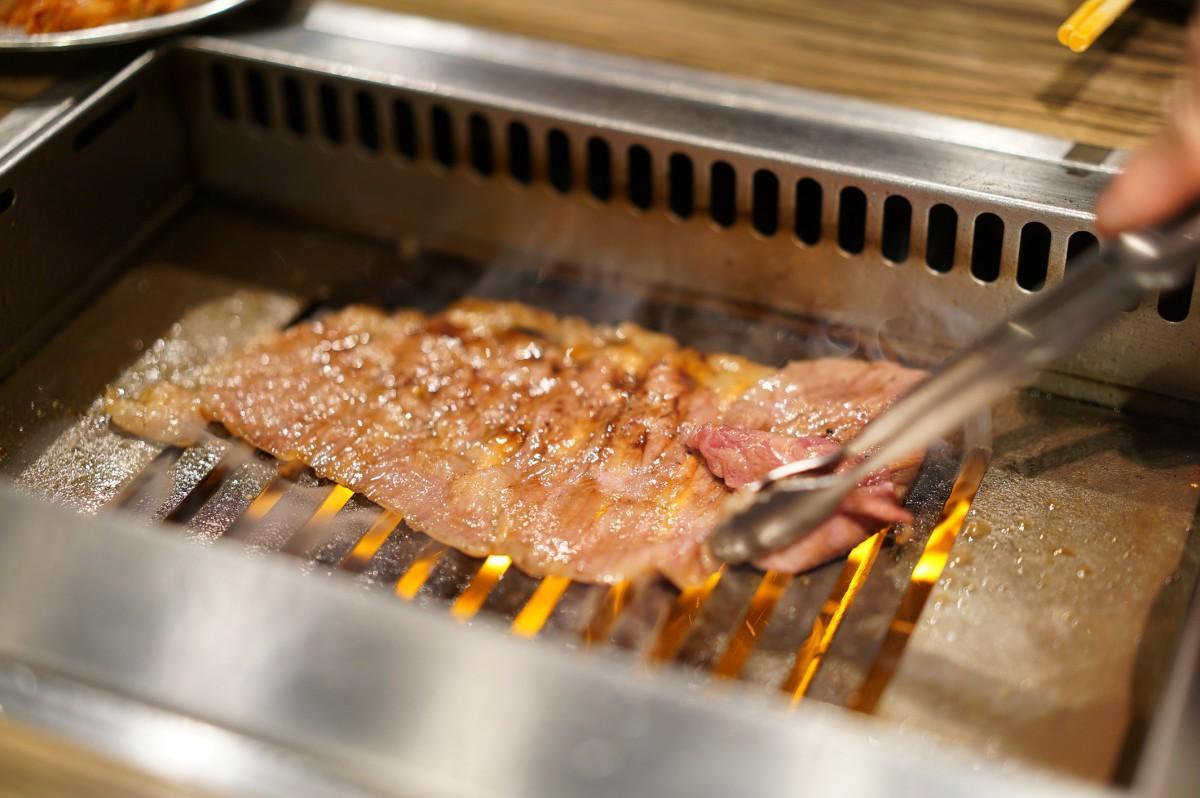 薄切りの肉は表4秒裏4秒を店員が焼いてくれる