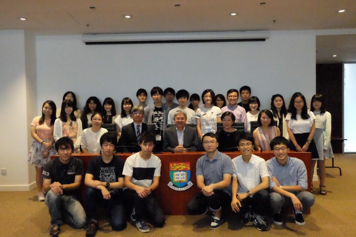 香港の前財政長官である曾俊華(ジョン・ツァン)さんも講義