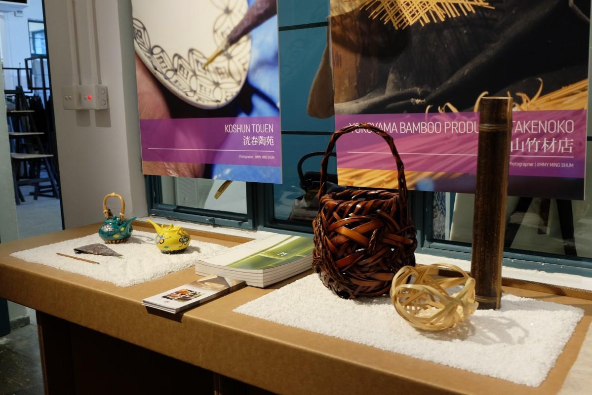 伝統工芸の作品が素材や道具と並べて展示される会場