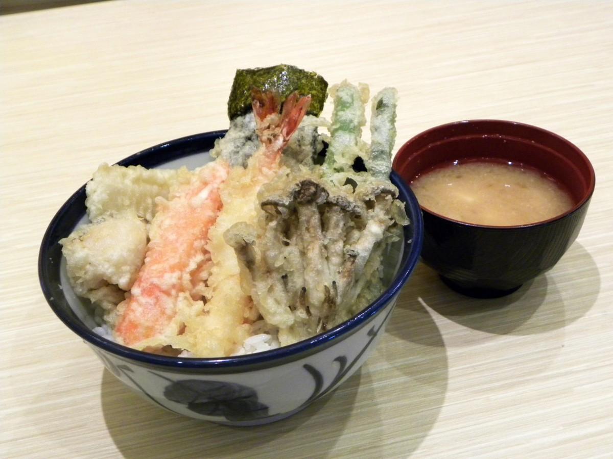 日本と同じスタイルで提供する「てんや」の天丼
