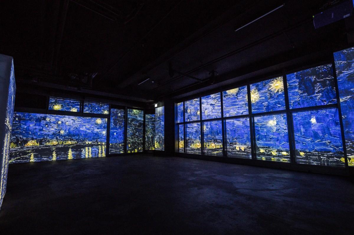 高画質プロジェクターで壁一面に投影されたゴッホの作品に囲まれながら鑑賞する体験を