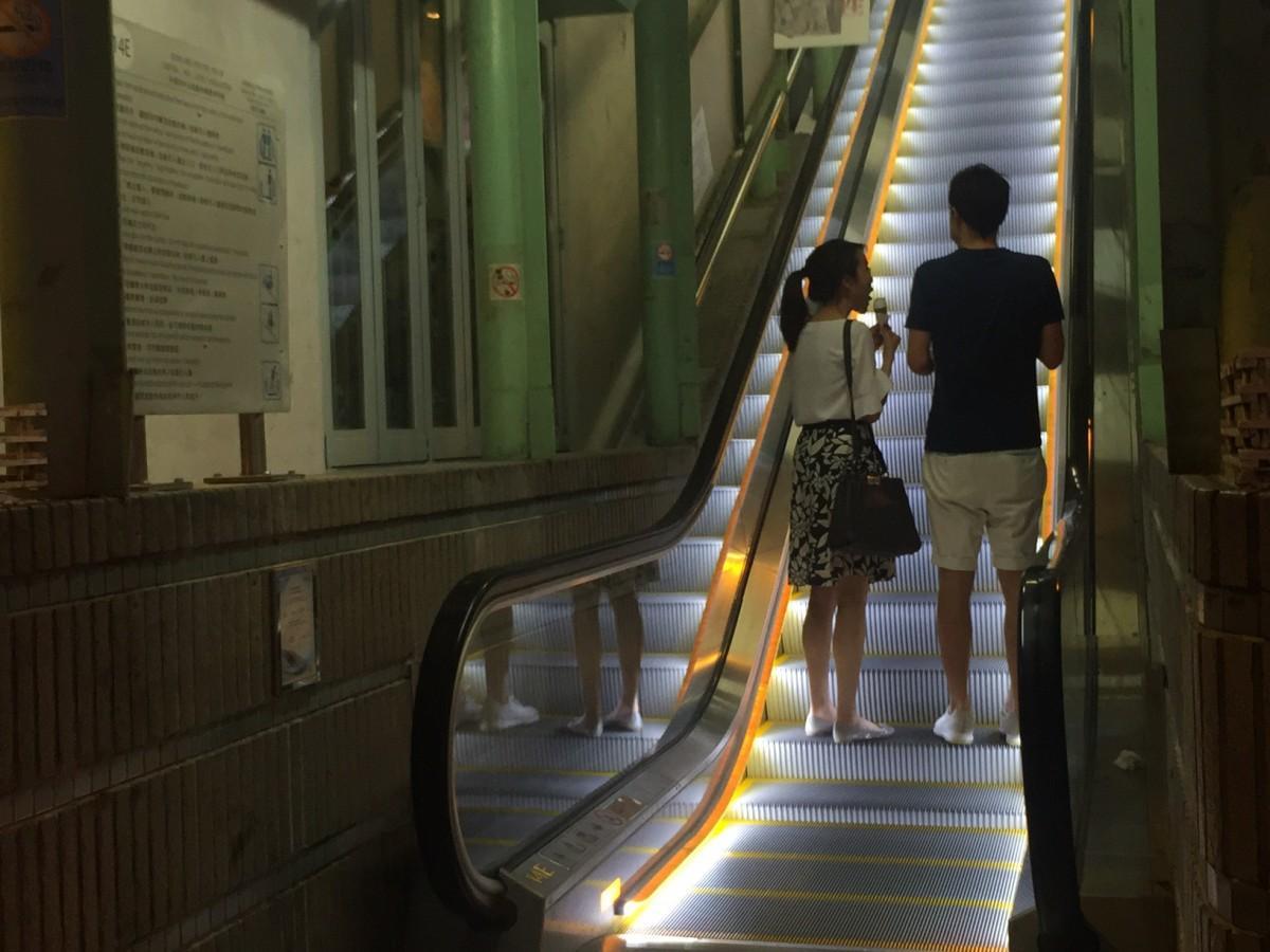 各ステップの両脇を明るく照らすようにデザインされたエスカレーター