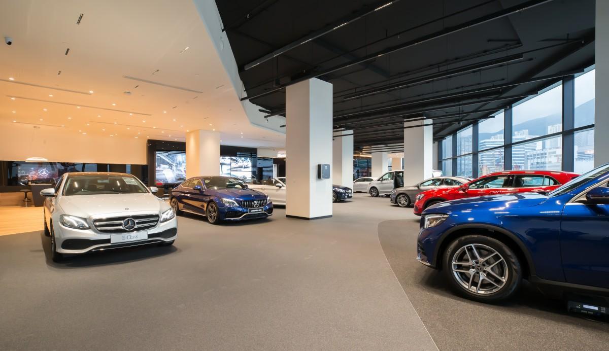ベンツの車両20台を同フロアに展示できる大きなスペース