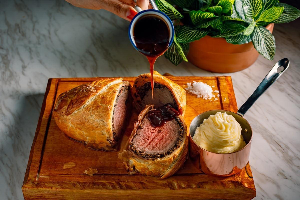 ビーフウェリントンをはじめ、パイ類などイギリスを代表する料理の数々を提供
