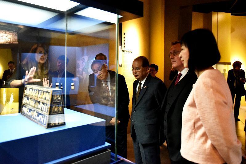 古代都市の工芸品「ウルのスタンダード」を鑑賞する政務司司長の張建宗さん(中央)ほか、オープニングセレモニー出席者