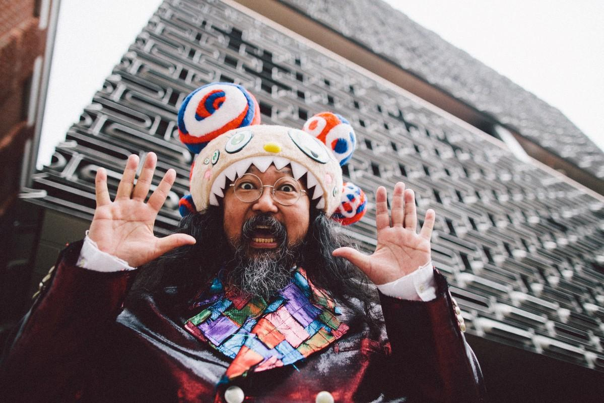 会場となるJC Contemporary前でポーズする村上隆さん Takashi Murakami at JC Contemporary, Tai Kwun Photography by 13thWitness