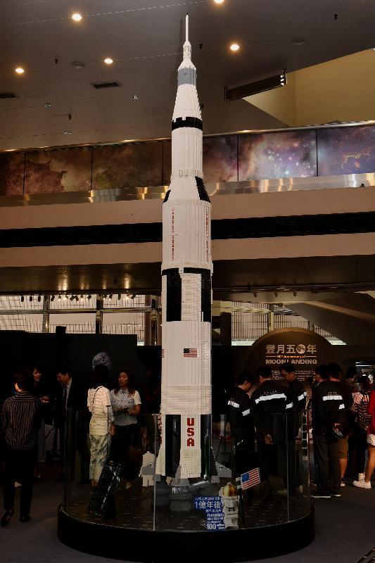 レゴ香港が製作した5メートルに上るサターンV型ロケットの模型