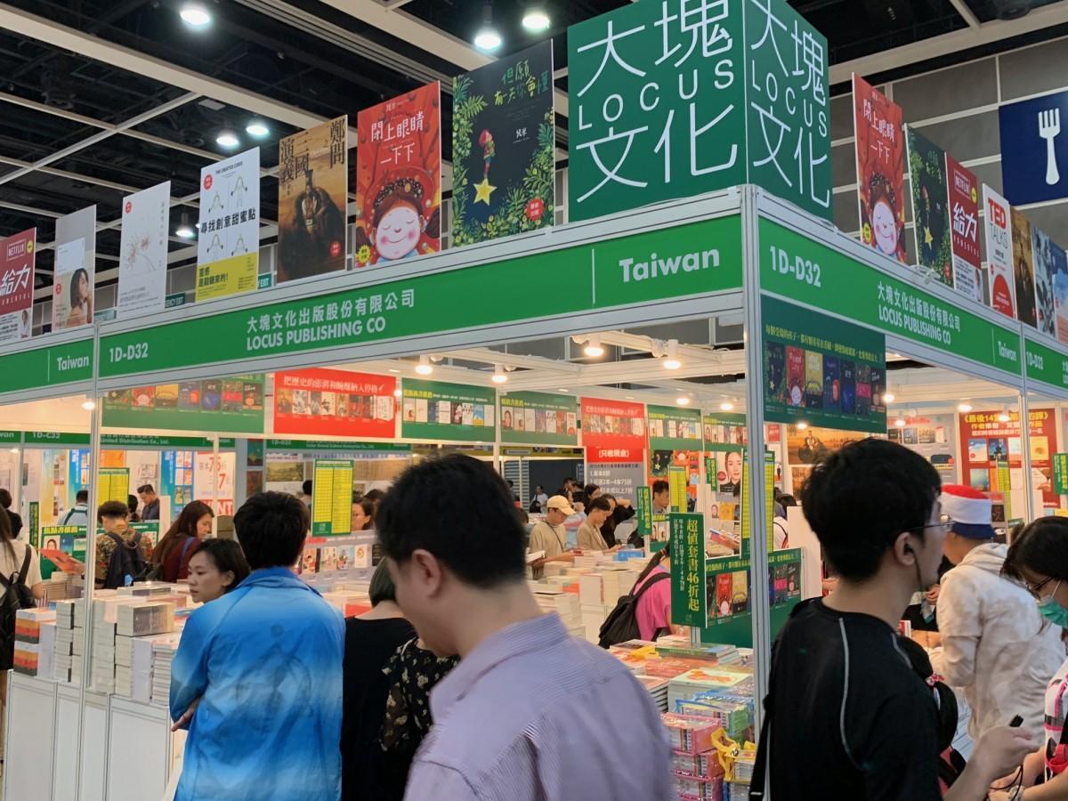 夜遅くまで混雑する香港ブックフェアは今年で30回目