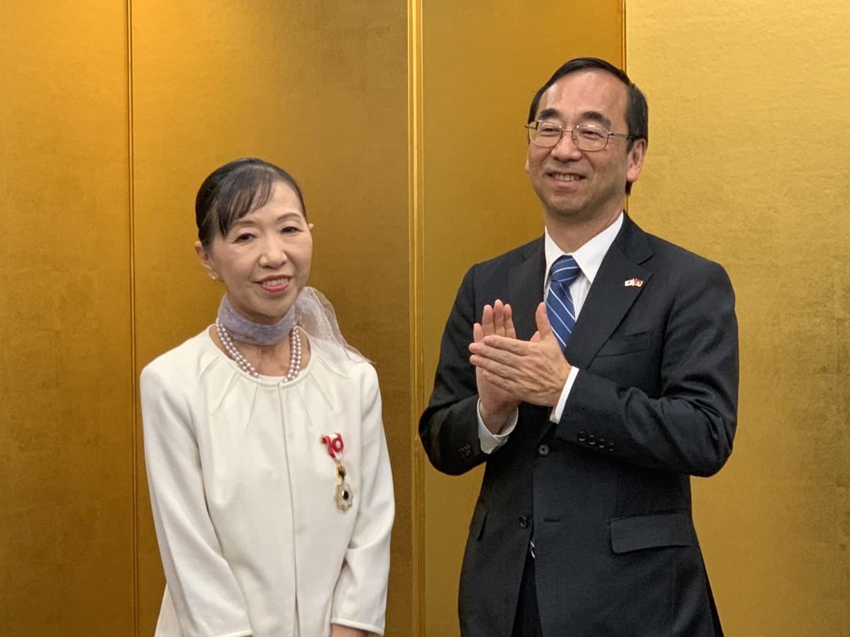 和田充広大使兼総領事より勲記、勲章の伝達が行われた