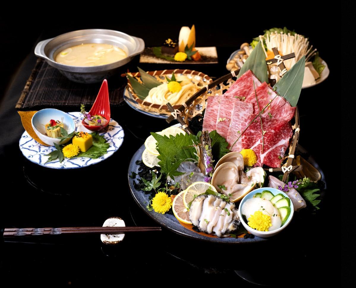しゃぶしゃぶメニュー。鍋も刺し身も一品料理も同時に楽しむことができる。