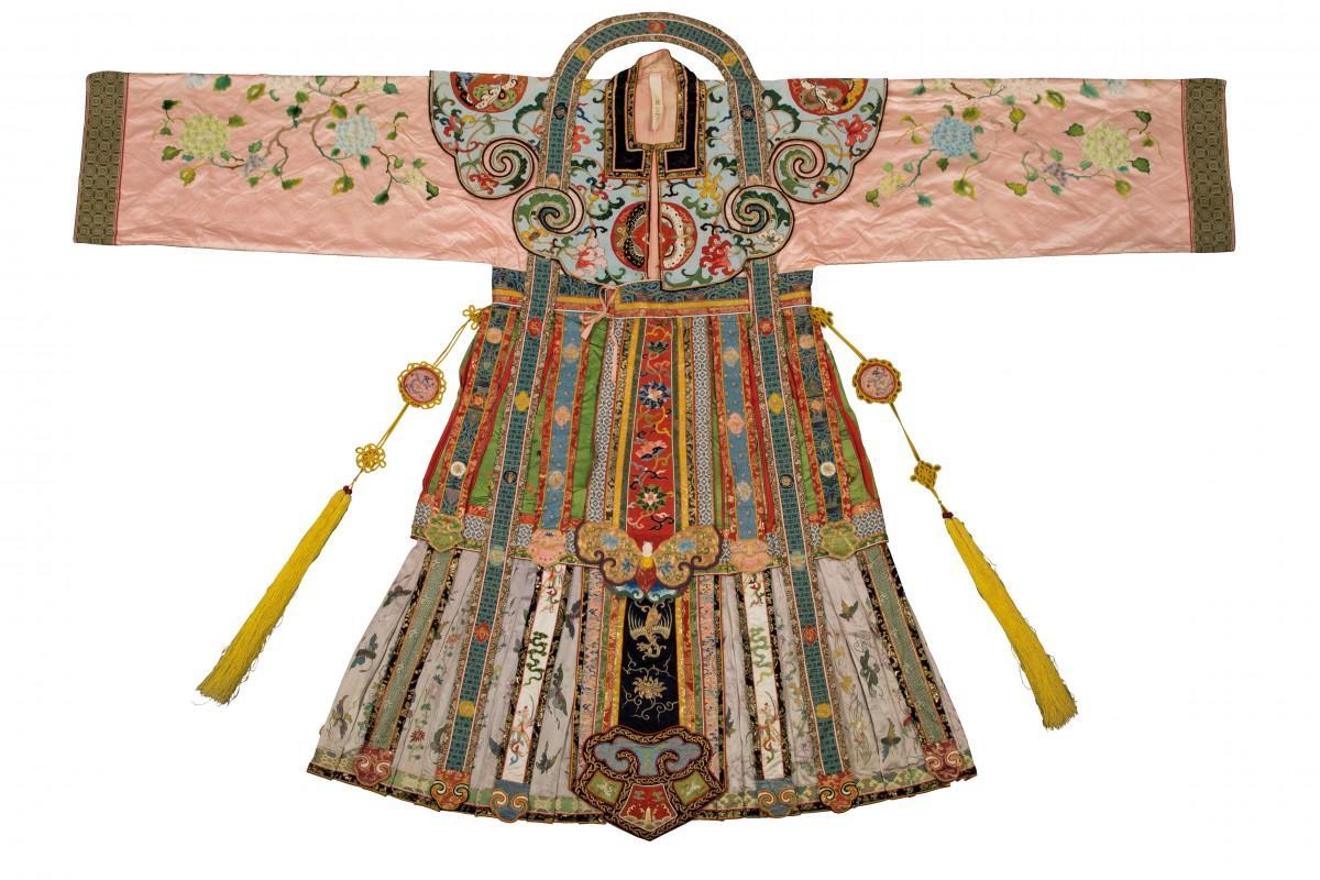 故宮博物院のコレクションの一つである宮廷衣装は皺を取り除く作業が行われた Pastel court robe with satin embroidery of floral sprays  © The Palace Museum