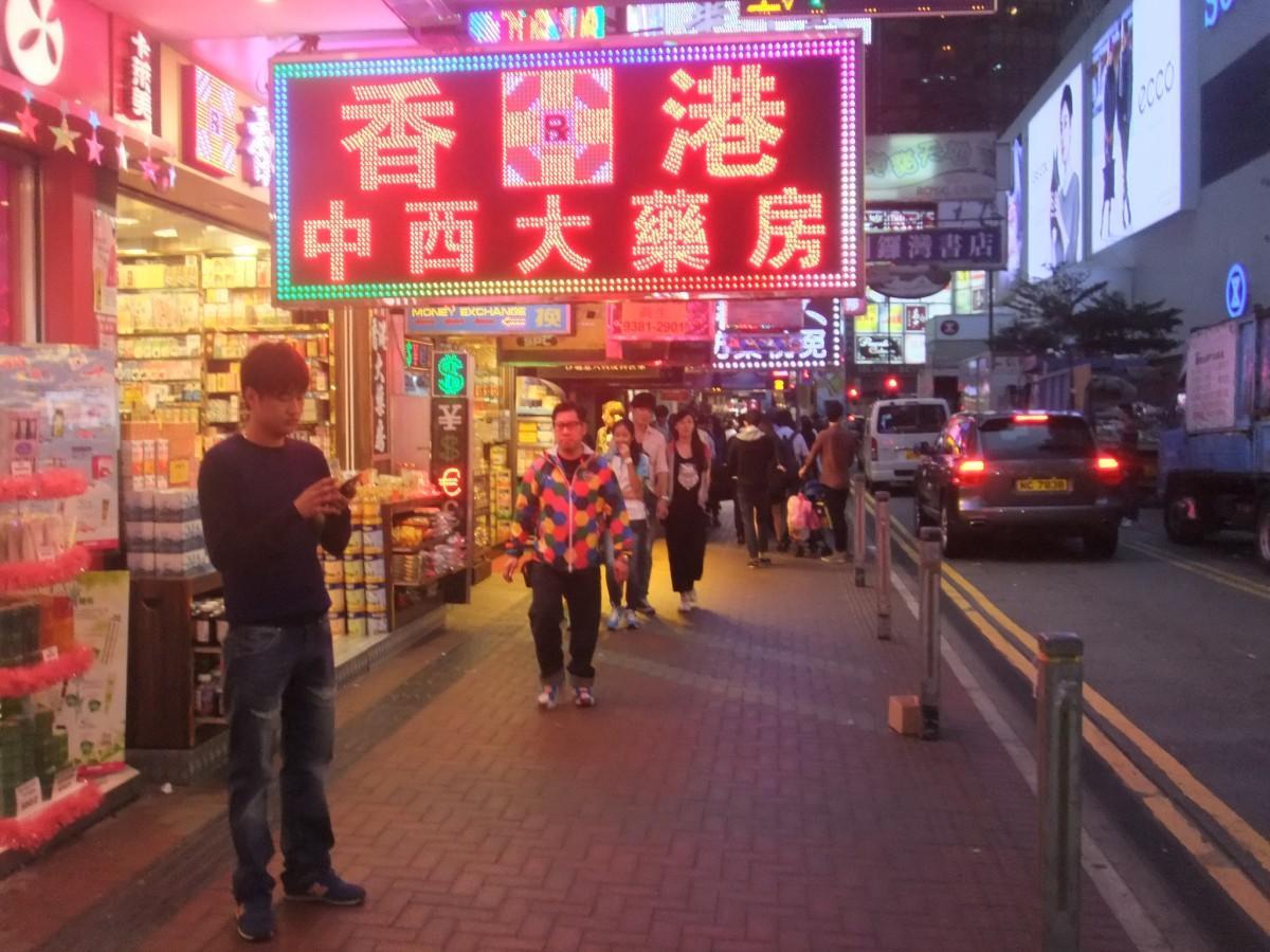 SARSを経験した香港ではその教訓を生かし、警戒レベルを3段階で最も高い「厳重(Serious)」から最上級の「緊急(Emergency)」に格上げ